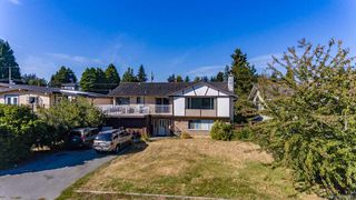 """Photo 3: 13861 MALABAR Avenue: White Rock House for sale in """"White Rock"""" (South Surrey White Rock)  : MLS®# R2514273"""