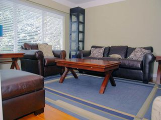 Photo 2: 2010 Crescent Rd in Victoria: Residential for sale : MLS®# 286161