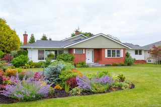 Photo 1: 2706 Dorset Rd in Oak Bay: OB Uplands House for sale : MLS®# 841020