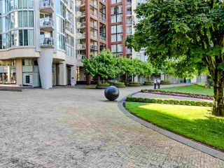 """Photo 2: 902 1000 BEACH Avenue in Vancouver: Yaletown Condo for sale in """"1000 BEACH"""" (Vancouver West)  : MLS®# R2506379"""