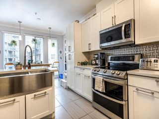 Photo 4: 207 5 RENAISSANCE SQUARE in New Westminster: Quay Condo for sale : MLS®# R2442124