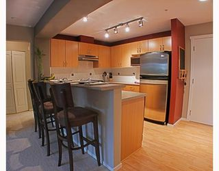 Photo 3: 200 Klahanie Drive in Port Moody: Condo for sale : MLS®# V783837