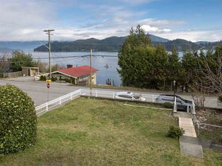 """Photo 18: 535 MARINE Drive in Gibsons: Gibsons & Area House for sale in """"LOWER GIBSONS"""" (Sunshine Coast)  : MLS®# R2464583"""