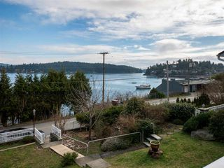 """Photo 17: 535 MARINE Drive in Gibsons: Gibsons & Area House for sale in """"LOWER GIBSONS"""" (Sunshine Coast)  : MLS®# R2464583"""