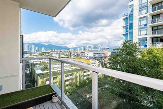 "Photo 3: 910 1708 COLUMBIA Street in Vancouver: False Creek Condo for sale in ""WALL CENTRE FALSE CREEK"" (Vancouver West)  : MLS®# R2388986"