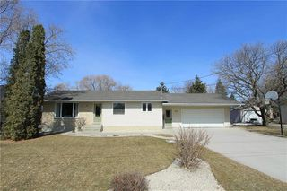 Photo 1: 575 BARKMAN Avenue in Steinbach: R16 Residential for sale : MLS®# 202005621