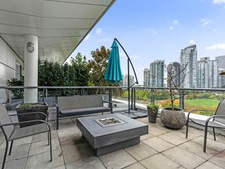 "Photo 1: 801 1383 MARINASIDE Crescent in Vancouver: Yaletown Condo for sale in ""COLUMBUS"" (Vancouver West)  : MLS®# R2504775"