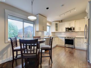 Photo 10: 3979 Blue Ridge Place in VICTORIA: SW Strawberry Vale Single Family Detached for sale (Saanich West)  : MLS®# 419472