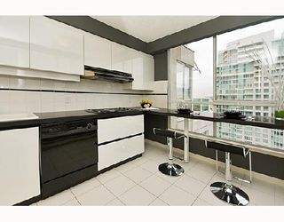 """Photo 4: PH1 1500 HOWE Street in Vancouver: False Creek North Condo for sale in """"DISCOVERY"""" (Vancouver West)  : MLS®# V677666"""