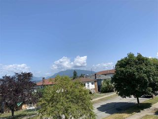 Photo 2: 3154 E 4TH Avenue in Vancouver: Renfrew VE House for sale (Vancouver East)  : MLS®# R2394217