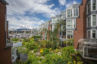 "Photo 12: 1557 MARINER Walk in Vancouver: False Creek Townhouse for sale in ""The Lagoons"" (Vancouver West)  : MLS®# R2465429"