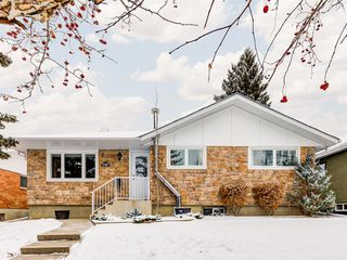 Main Photo: 2740 48 Avenue NW in Calgary: Charleswood Detached for sale : MLS®# A1050653