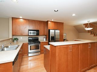 Photo 3: 10 830 Rogers Ave in VICTORIA: SE High Quadra Row/Townhouse for sale (Saanich East)  : MLS®# 833817