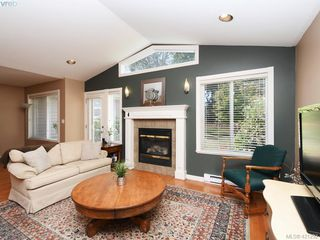 Photo 4: 10 830 Rogers Ave in VICTORIA: SE High Quadra Row/Townhouse for sale (Saanich East)  : MLS®# 833817