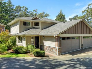 Photo 1: 10 830 Rogers Ave in VICTORIA: SE High Quadra Row/Townhouse for sale (Saanich East)  : MLS®# 833817