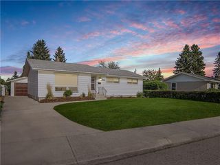 Main Photo: 7824 7 Street SW in Calgary: Kingsland Detached for sale : MLS®# C4300051