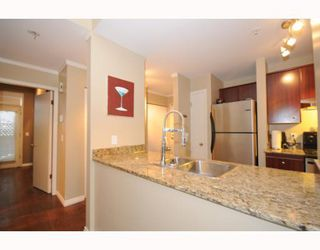 "Photo 3: 105 2250 W 3RD Avenue in Vancouver: Kitsilano Condo for sale in ""HENLEY PARK"" (Vancouver West)  : MLS®# V755957"