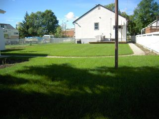 Photo 2: 379 BERRY Street in WINNIPEG: St James Residential for sale (West Winnipeg)  : MLS®# 1018172