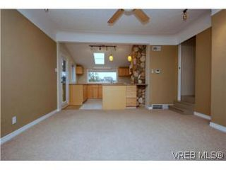 Photo 3: 2743 Victor Street in VICTORIA: Vi Oaklands Single Family Detached for sale (Victoria)  : MLS®# 271717