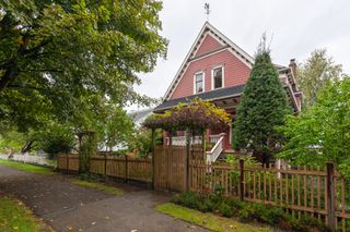 Photo 2: 2035 E Pender Street in Vancouver: Hastings House for sale (Vancouver East)  : MLS®# R2510504
