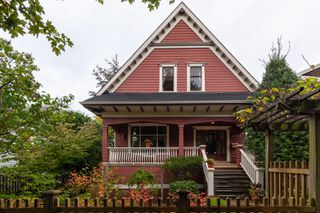 Photo 1: 2035 E Pender Street in Vancouver: Hastings House for sale (Vancouver East)  : MLS®# R2510504