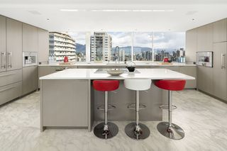 """Photo 9: 1904 1835 MORTON Avenue in Vancouver: West End VW Condo for sale in """"OCEAN TOWERS"""" (Vancouver West)  : MLS®# R2395421"""