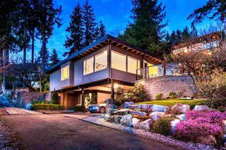 Photo 1: 250 W Rockland Road in North Vancouver: Upper Lonsdale House for sale : MLS®# r2388323