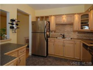 Photo 1: 308 1366 Hillside Ave in VICTORIA: Vi Oaklands Condo for sale (Victoria)  : MLS®# 504943
