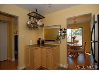 Photo 3: 308 1366 Hillside Ave in VICTORIA: Vi Oaklands Condo for sale (Victoria)  : MLS®# 504943