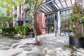 """Main Photo: 404 977 MAINLAND Street in Vancouver: Yaletown Condo for sale in """"Yaletown Park 3"""" (Vancouver West)  : MLS®# R2483381"""