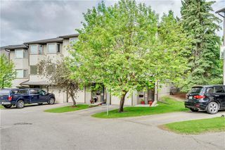 Photo 1: 114 Glamis Terrace SW in Calgary: Glamorgan Row/Townhouse for sale : MLS®# C4305468