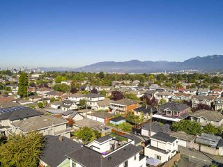 """Photo 4: 2796 E 4TH Avenue in Vancouver: Renfrew VE House for sale in """"Renfrew Heights"""" (Vancouver East)  : MLS®# R2496647"""