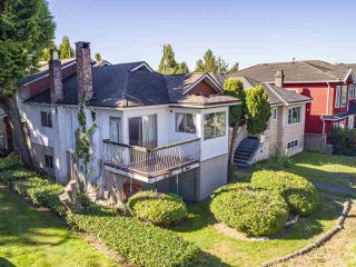 """Photo 2: 2796 E 4TH Avenue in Vancouver: Renfrew VE House for sale in """"Renfrew Heights"""" (Vancouver East)  : MLS®# R2496647"""