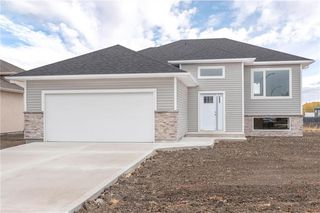 Photo 1: 8 Sand Piper Trail North in Landmark: R05 Residential for sale : MLS®# 202022708