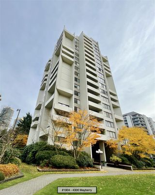 "Photo 3: 1904 4300 MAYBERRY Street in Burnaby: Metrotown Condo for sale in ""Times Square"" (Burnaby South)  : MLS®# R2526993"