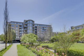 "Photo 1: 504 2655 CRANBERRY Drive in Vancouver: Kitsilano Condo for sale in ""New Yorker"" (Vancouver West)  : MLS®# R2403928"