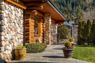 """Photo 2: 41379 DRYDEN Road in Squamish: Brackendale House for sale in """"Brackendale"""" : MLS®# R2484059"""