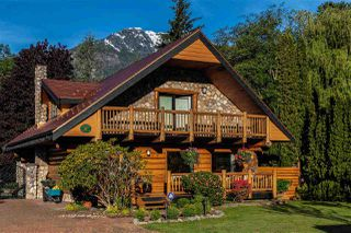 """Photo 1: 41379 DRYDEN Road in Squamish: Brackendale House for sale in """"Brackendale"""" : MLS®# R2484059"""