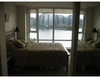 "Photo 4: 502 8 SMITHE MEWS in Vancouver: False Creek North Condo for sale in ""FLAGSHIP"" (Vancouver West)  : MLS®# V797838"