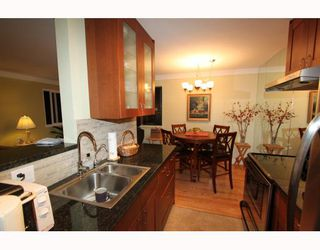 Photo 3: 404 1750 ESQUIMALT Avenue in West Vancouver: Ambleside Condo for sale : MLS®# V798842