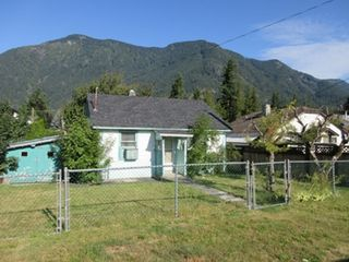 Photo 1: 234 CARIBOO Avenue in Hope: Hope Center House for sale : MLS®# R2466382