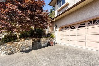 Photo 3: 1204 Politano Place in VICTORIA: SW Strawberry Vale Single Family Detached for sale (Saanich West)  : MLS®# 414899