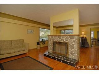 Photo 3: 2222 Shakespeare St in VICTORIA: Vi Fernwood Single Family Detached for sale (Victoria)  : MLS®# 535782