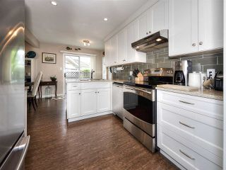 """Photo 2: 13 9168 FLEETWOOD Way in Surrey: Fleetwood Tynehead Townhouse for sale in """"THE FOUNTAINS 2"""" : MLS®# R2194406"""