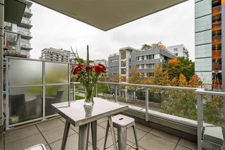 "Photo 4: 359 108 W 1ST Avenue in Vancouver: False Creek Condo for sale in ""WALL CENTRE FALSE CREEK"" (Vancouver West)  : MLS®# R2411959"