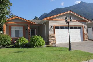 "Photo 1: 8 21293 LAKEVIEW Crescent in Hope: Hope Kawkawa Lake House for sale in ""KAWKAWA LAKESIDE"" : MLS®# R2308438"