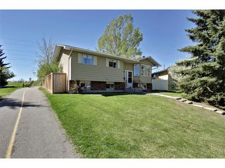 Photo 1: 11303 11 Street SW in Calgary: Southwood House for sale : MLS®# C4013278