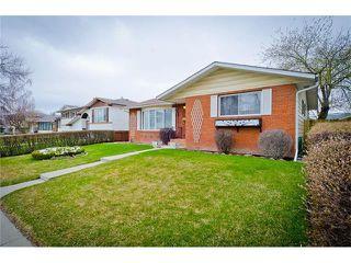 Photo 2: 963 Rundlecairn Way NE in Calgary: Rundle House for sale : MLS®# C4112829