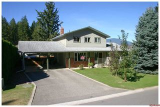 Photo 1: 631 SE 25 Street in Salmon Arm: SESA Residential Detached for sale : MLS®# 10054382