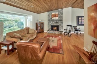 Photo 3: 2229 Lifton Pl in VICTORIA: SE Arbutus Single Family Detached for sale (Saanich East)  : MLS®# 768469